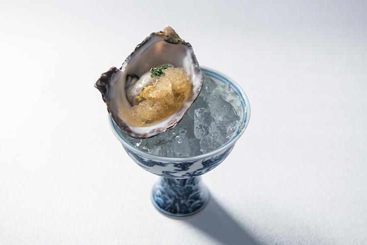 旨みがギュッと凝縮した「くにさきオイスター」に、日本と中国、それぞれ30年物の古酒の香りをプラスした前菜。