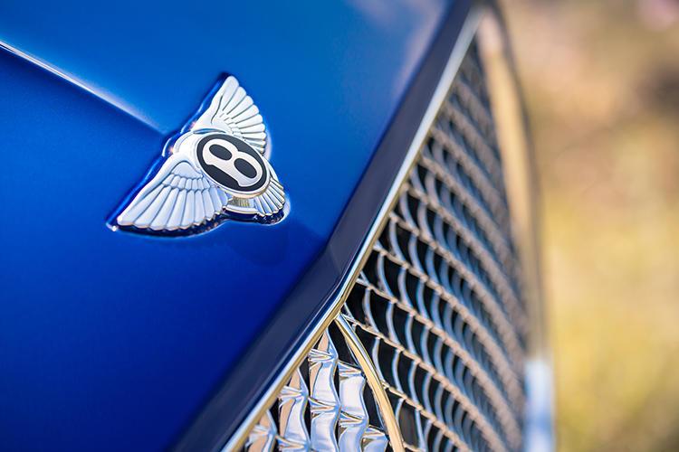 ベントレーのBをモチーフとしたエンブレムのウイングドBや、メッシュタイプのフロントグリルが優雅さをアピールする。