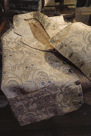 Nice One !<br />英国貴族がオーダーメイドした1800年代のウエストコート。シルクジャカード生地やボタンまで極上。