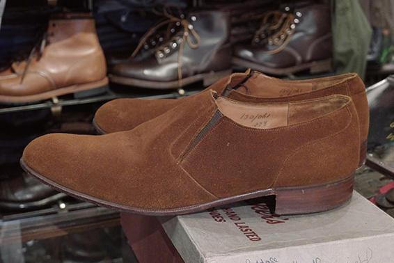 So Stoked !<br />1960年代製「トリッカーズ」のサイドエラスティック・スリッポン。約50年前の靴とは思えない柔らかく手触りのいいスエード。シングルソールの繊細な面持ちが白眉だ。