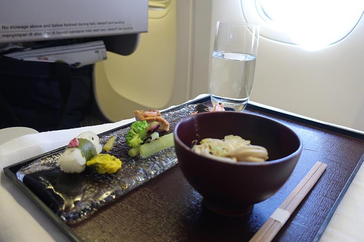 和食の前菜。そばに照焼など、ほっとする献立である。