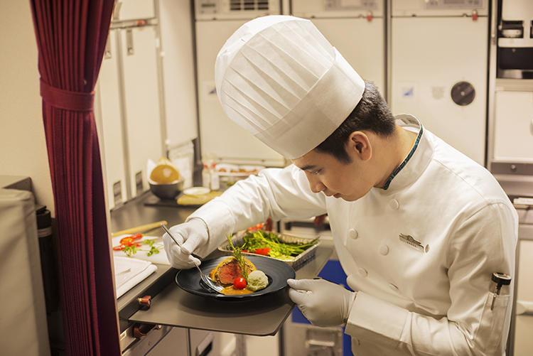 ビジネスクラス以上の食事は搭乗するシェフが丁寧に準備をしてくれる。