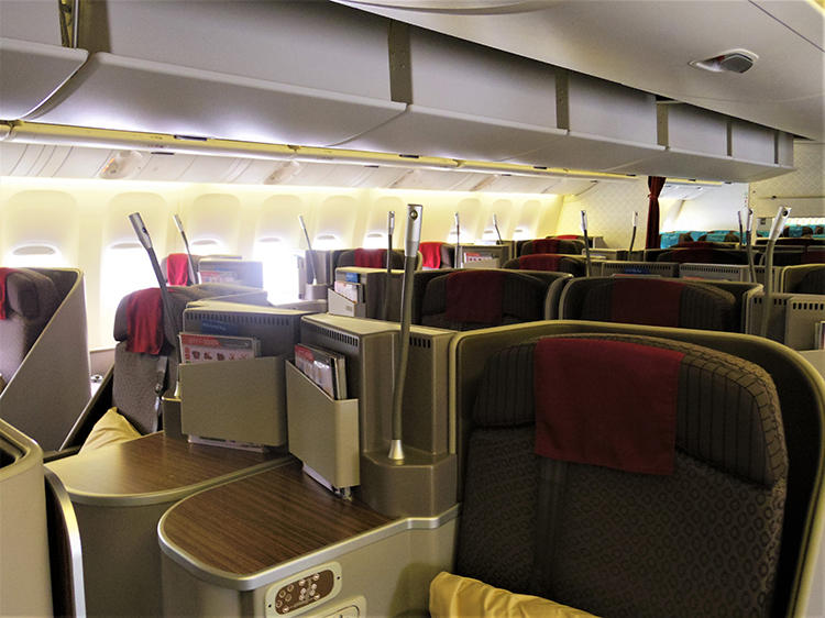 シートは1-2-1の(1列に4席)配置で座席幅54cmとゆとりのあるビジネスクラス。