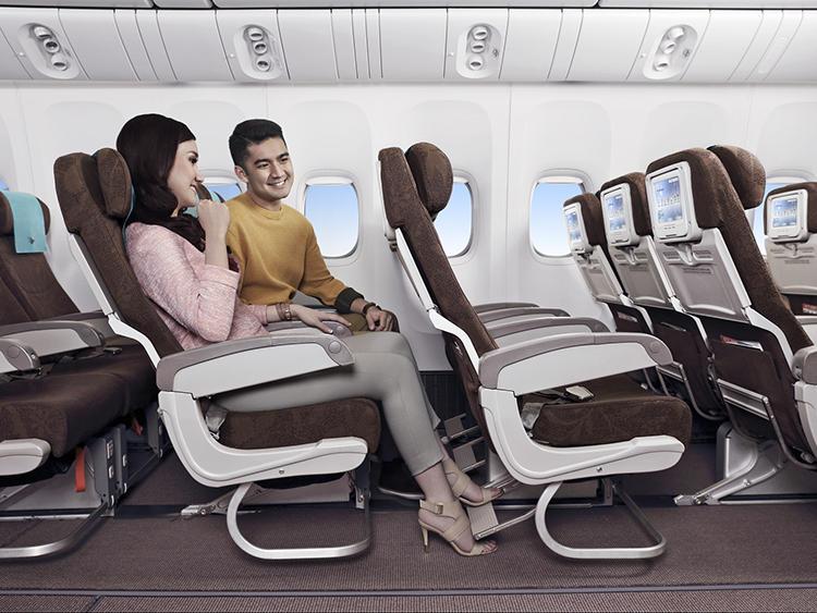 エコノミークラスのシート。もっともゆとりのある機体(A330-300)では、シートピッチが86cmある。
