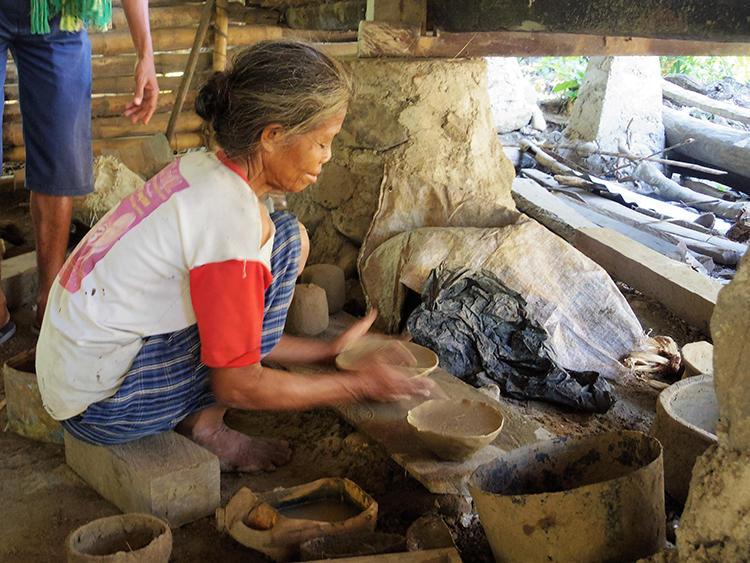 女性が料理などに使う土の壷を作っているころ