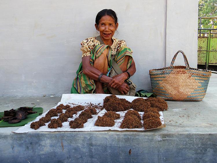 マーケットでタバコを売る女性。