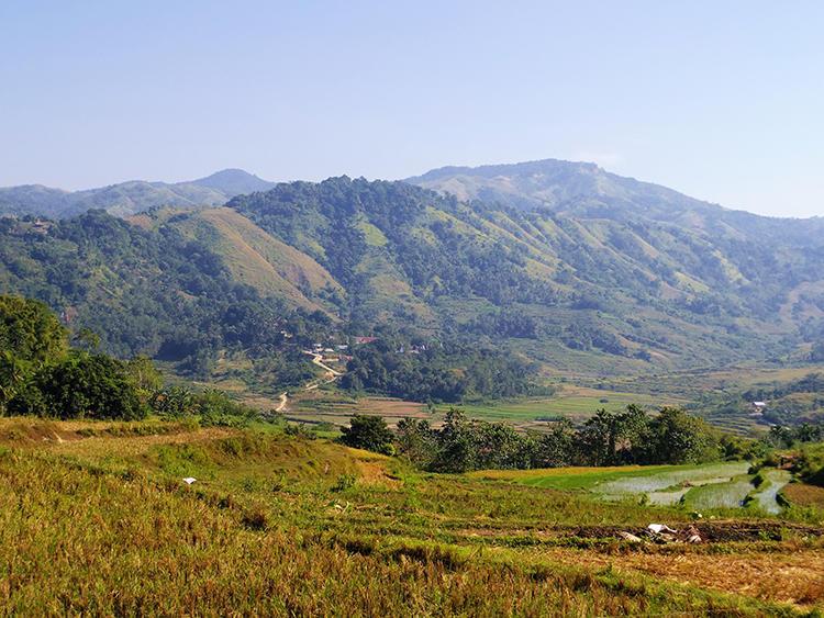 ツアーの途中で見かけた農村の風景。雄大な自然のなかに田畑があるほか、放牧が行われている。