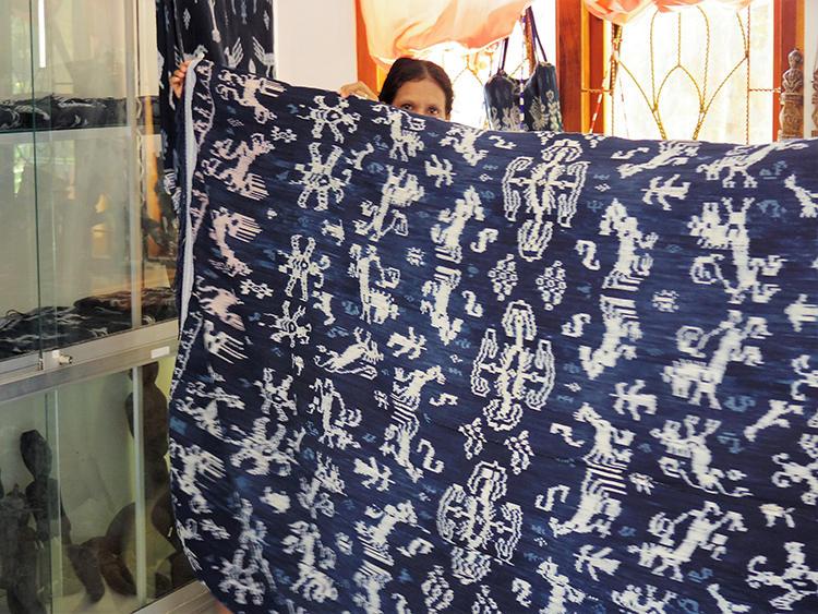 こちらも、最後に連れて行ってもらった民芸品での一コマ。貴重な広幅の織物も潤沢に揃っている。