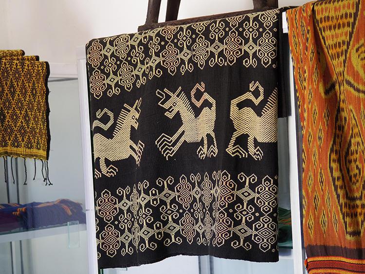 民芸品店にて。スンバ島やバリ島のイカットは、織物関係者、布コレクターには世界的に有名だ。