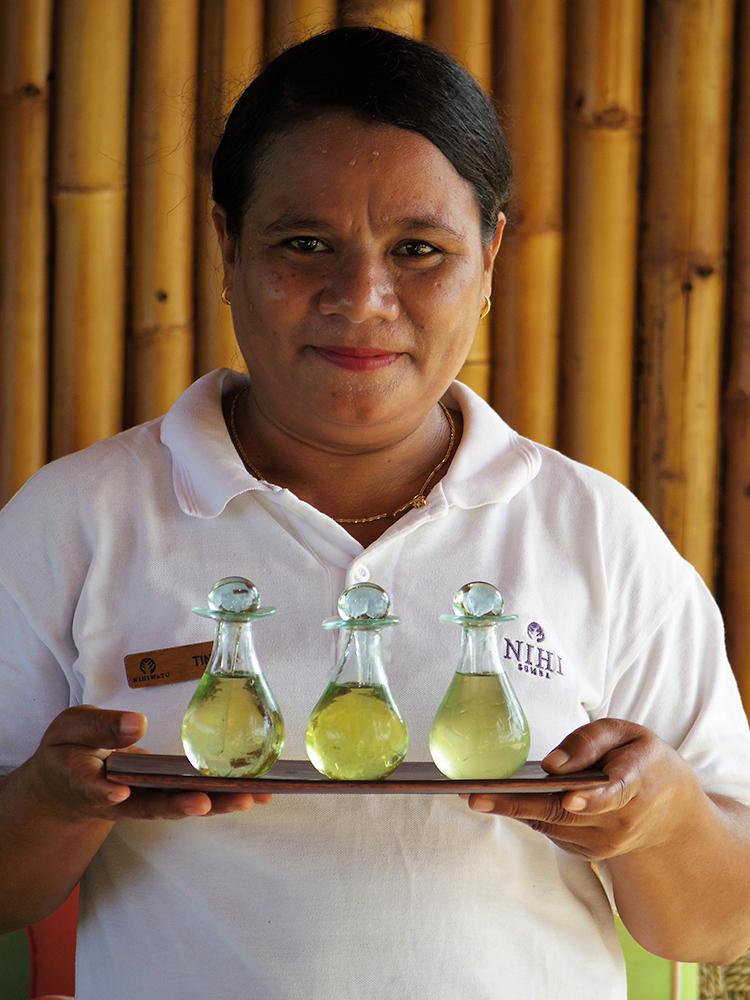 スパでは3種類からマッサージ用のオイルを選ぶことができる。スタッフはアメリカやハワイの優れた技術を学んでいるそうだ。