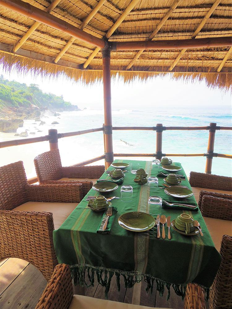 美しい海を眺めながらの食事は一生の思い出になる。