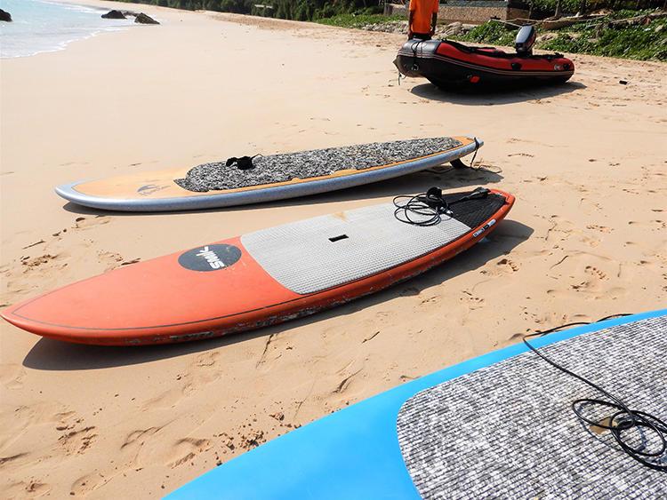 インストラクターが、ビーチにボードやパドルを用意してくれる。