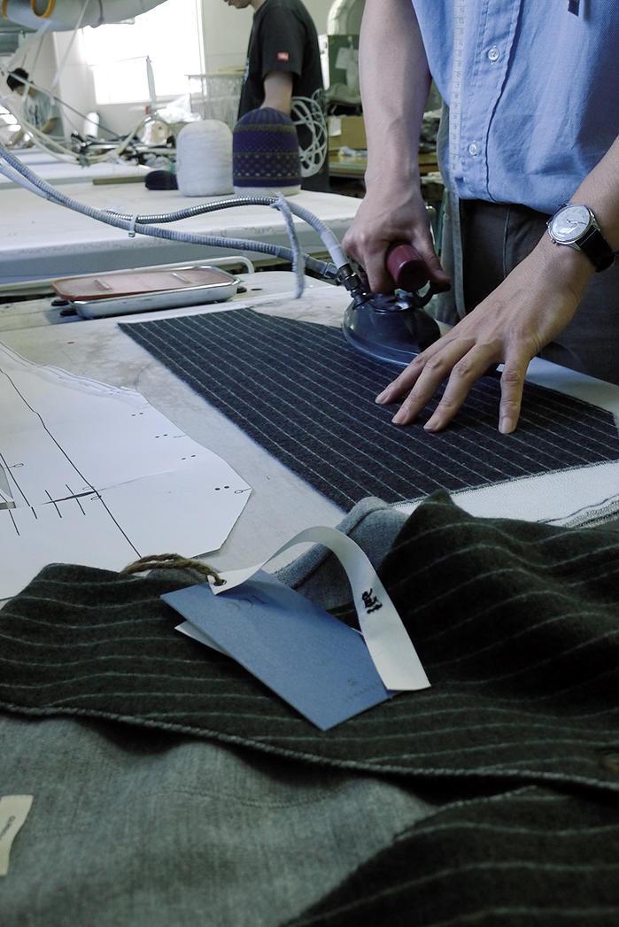 「991」のヴェストの量産に入る前に各パーツをつくる。サンプルのパターンや風合いどおりに各パーツが上がっているかをチェックする。