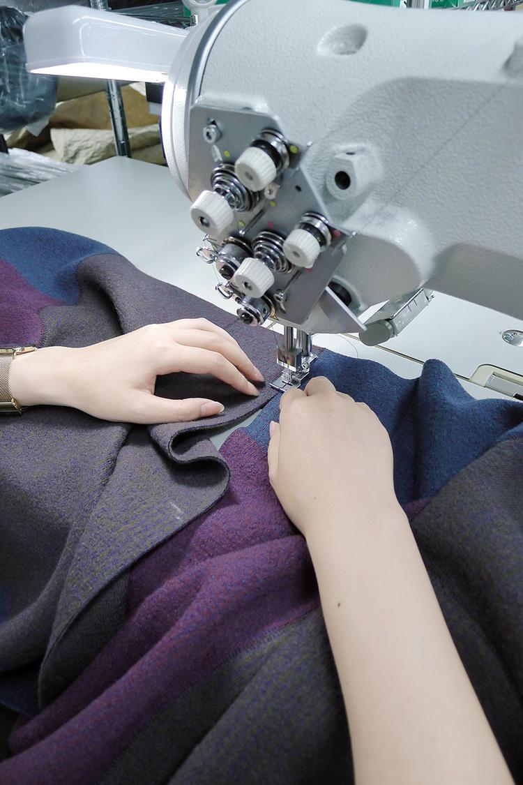 ニット地を突合わせで縫う巧みなミシン縫製。縫製部分に厚みがない。