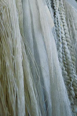Good Material!<br />写真中央の、他の糸に比べて繊細でヘアリーな糸が、世界有数のラグジュアリーブランドの糸のスペシャリストを唸らせた、52m/gの極細モヘア。「FUUGA」と呼ぶ。