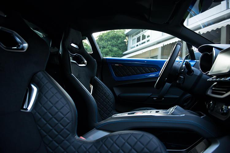 Sabelt製の軽量モノコックバケットシートを採用。見るからにホールド性に優れている。素材はレザー/マイクロファイバーとなる。