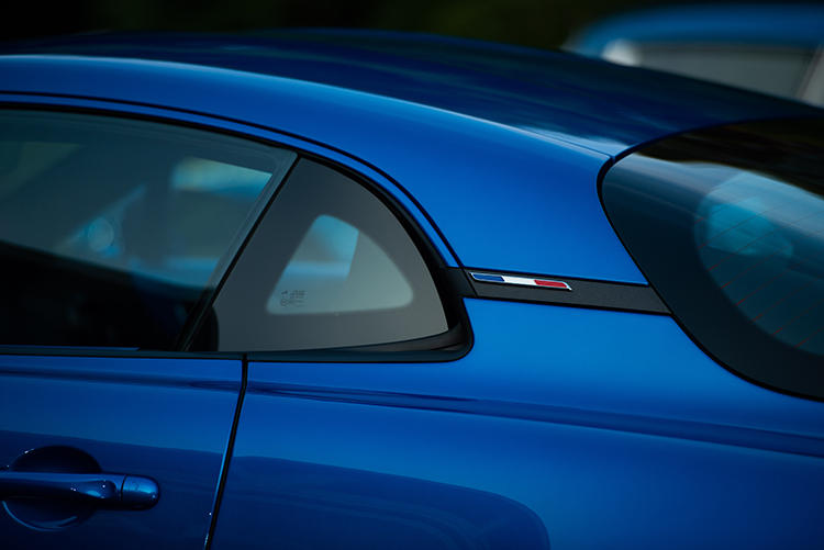 フランスのスポーツカーブランドであることをこの上なくアピール。Cピラーにはフランス国旗を模したバッヂがある。