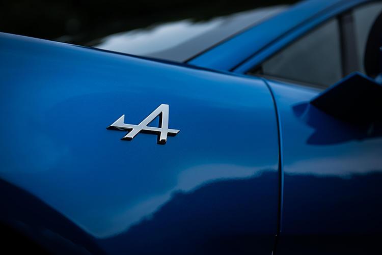 フェンダーにはアルピーヌブランドのロゴ。