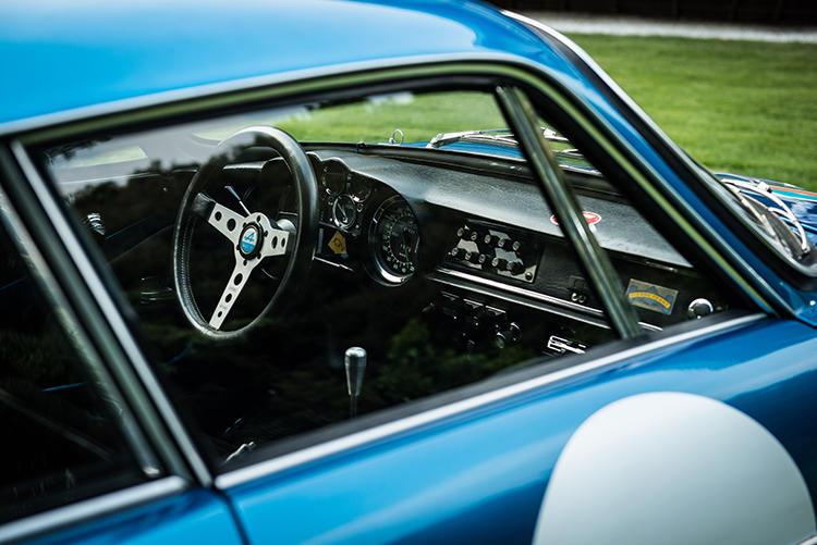 こちらは旧型A110。当然のことながら時代を感じさせるが、スポーツカーらしい作りは今見てもかっこいい。