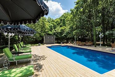 夏にはプールを開放。