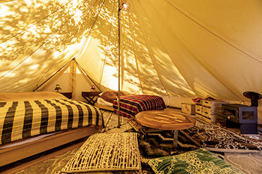 テントの中はこんな感じ。キッチン、ダイニング、シャワールームを併設。