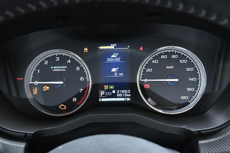 シンプルで見やすいメーター。走行中に必要な情報をメーター中央のマルチファンクションディスプレイにまとめることでドライバーが惑わされることがない。