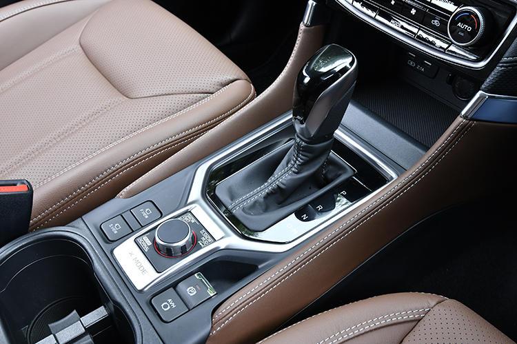 ガソリンモデル、ハイブリッドモデルともにトランスミッションにはリニアトロニックを採用。シフトノブ手前に、走行時に操作が必要となるコントロールスイッチをまとめている。