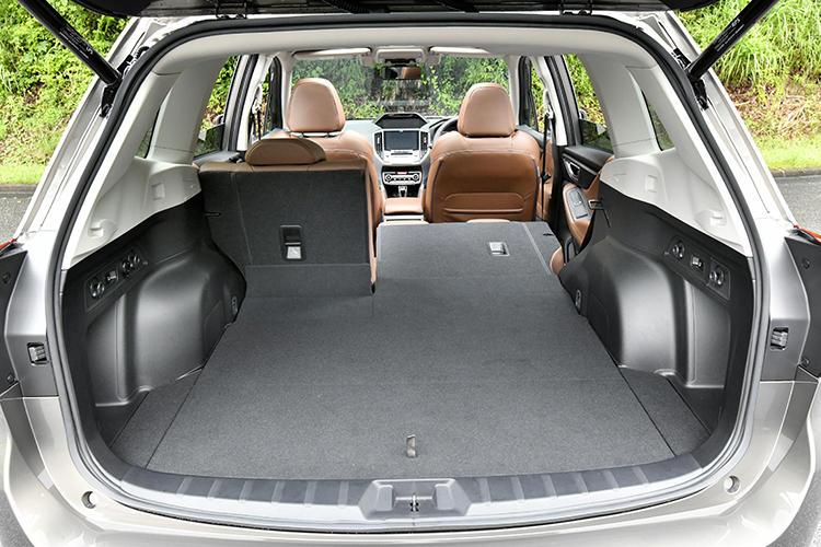 後席は6:4の分割可倒式を採用。3?4名乗車時でも長尺モノが搭載できる。