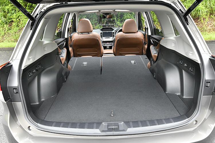後席はラゲッジルームにあるスイッチで格納可能。簡単にフラットな荷室を作ることができる。