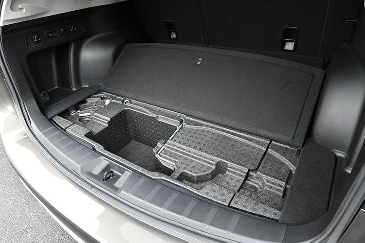 Advanceにはカーゴフロアマルチボックスを荷室下に用意。Advance以外のモデルには容量の大きなタイプを採用する。