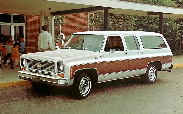 ジープのグランドワゴニアと人気を二分したシボレー サバーバン。SUVというよりもステーションワゴンのスタイルに近い。