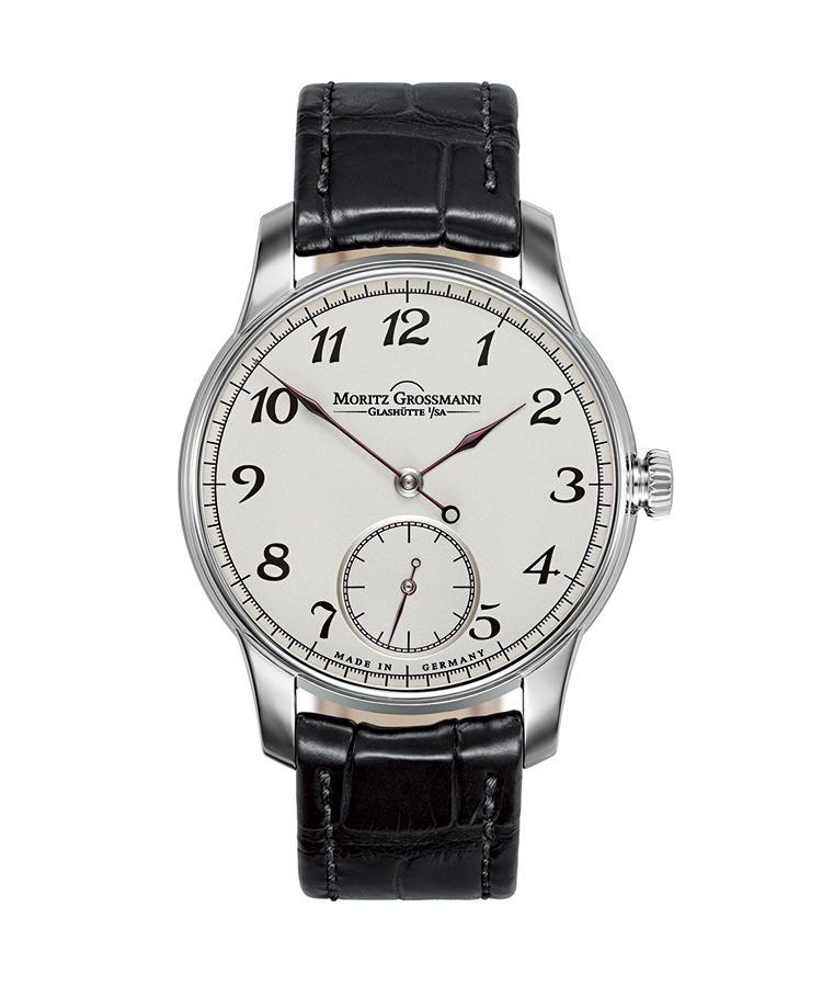 <b>MORITZ GROSSMANN</b><br />モリッツ・グロスマン<br /><br /><b>ベヌー 37</b><hr><b>徹底した手仕事を貫くドイツ時計の新生</b><br />19世紀の時計製作技法を継承し、切っ先を長く伸ばした針の造形も焼き色を付けるのも、1本ずつすべて手作業。ムーブメントも手仕上げで、圧倒的な審美性と高精度とを兼ね備える。手巻き。径37 mm。18KWGケース。アリゲーターストラップ。320万円(モリッツ・グロスマン ブティック)
