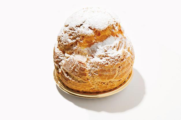 <font size=4><b>ウェスティン デリのシュークリーム</b></font><br /><br /><b>皮パリッ中とろ〜りで何個でもいける</b><hr>完璧に焼き上げたサクサクのシュー生地の中に、生クリームとカスタードクリームを合わせた、ヤバイほどのうまさのクリームがぎっしり。ほどよい甘みで、ずしりと大きくてもぺろり。午前中で売り切れ必至の人気。560円(ウェスティンホテル東京 ウェスティンデリ)