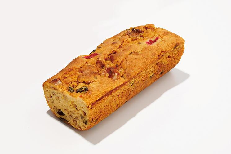 <font size=4><b>エスコフィエのフルーツケーキ</b></font><br /><br /><b>お酒と合う風味豊かで素朴な味わい</b><hr>1950年に創業したフレンチの老舗。以来68年、変わらぬレシピで焼き続けている自家製フルーツケーキ。天然蜂蜜で甘みをつけた生地にドライフルーツを加えて焼き上げた完成度の高い味わいはブランデーなどのお酒にも好相性。お取り寄せ可。1/2本1800円(銀座エスコフィエ)