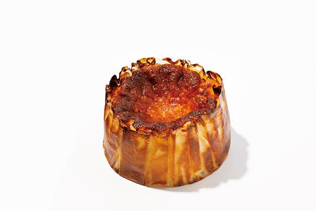 <font size=4><b>ガスタのチーズケーキ</b></font><br /><br /><b>溶ける舌触りバスクの秘伝レシピ</b><hr>スペイン・サンセバスチャンの老舗バル「ラ・ヴィーニャ」の名物はチーズケーキ。唯一無二の味に惚れ込んだパティシエールが、何度も足を運び、遂に家族以外で初めて厨房に入ることが許され、門外不出のレシピを体得。この7月に念願の専門店をオープン。1個700円(ガスタ)
