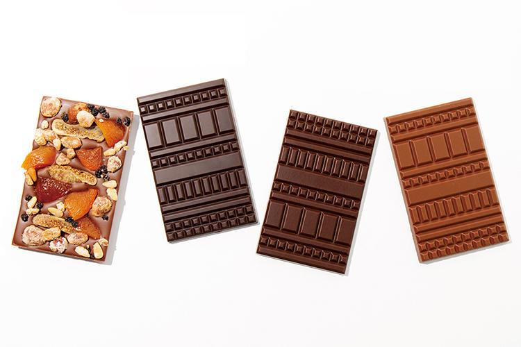 <font size=4><b>ル・ショコラ・アラン・デュカスのチョコレート</b></font><br /><br /><b>そのまま噛り付きたい垂涎の板チョコ</b><hr>デュカス氏の長年の夢を実現、カカオ豆を厳選しクーベルチュールから工房内で手作りする究極のチョコ。マンディアン オ・レ 2400円、マダガスカル45% 1400円、ペルーノン・コンシェ 1850円、エクアドル75% 1650円(ル・ショコラ・アラン・デュカス 六本木)