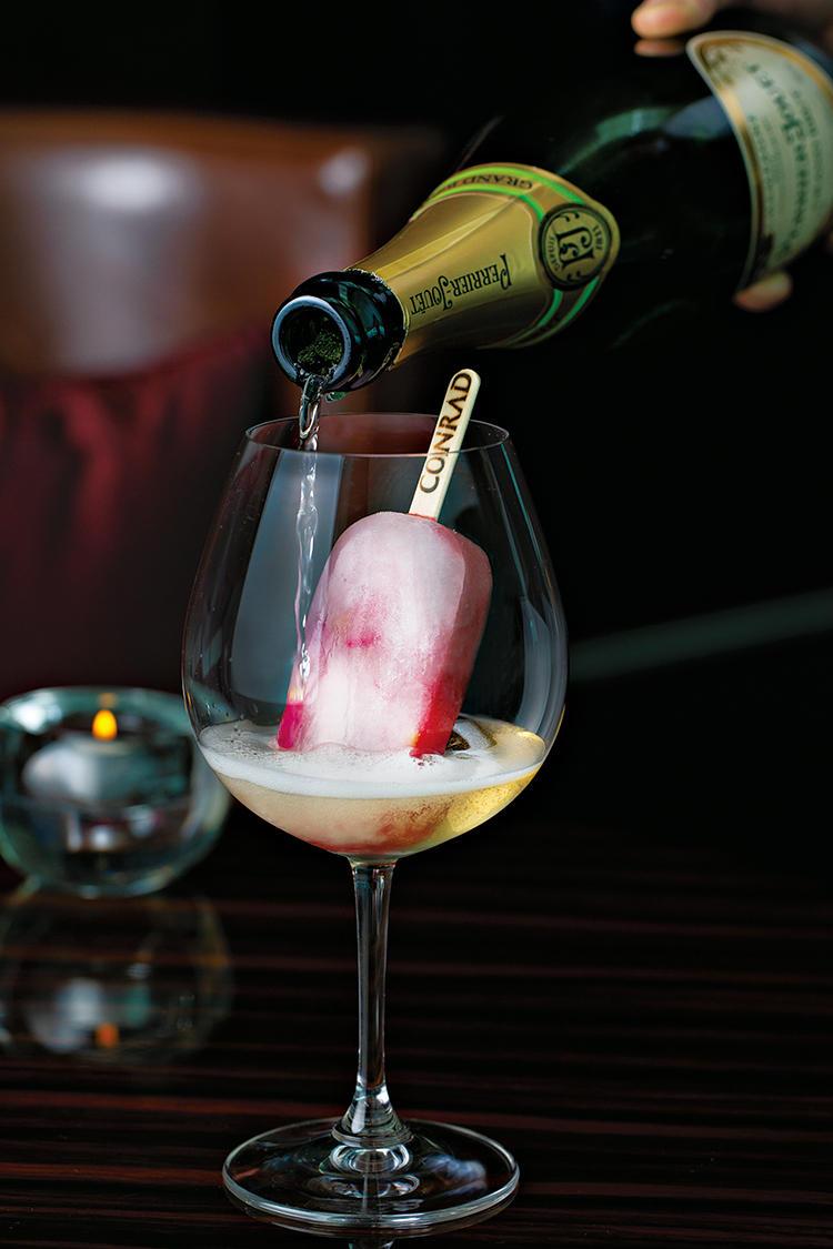 <b>アイスが溶けてシャンパンがピンク色に</b><hr>濃厚なフランスの桃、ペッシュ・ド・ヴィーニュをベースに、ナポレオンの妻ジョゼフィーヌが愛したバラを加えた華やかなアイスキャンディ。そこにペリエ ジュエグランブリュットを注ぐ。溶けきるとグラスの中にはバラの花が。どこまでアイスで食べるかは好みで。3300円。