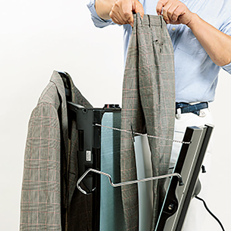 パンツをプレスしながらジャケットも消臭できる優れもの。パンツをプレスシートで片脚ずつ分けて挟み込むのでビギナーでも簡単にクリース入れできます。