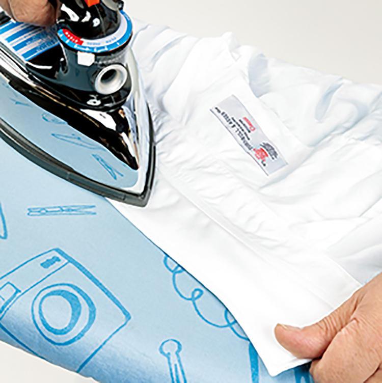 アイロンの命でもある掛け面に熱伝導率の高いアルミを採用し、フッ素加工も施されているので、重量を活かしてムラなくパリッと仕上げられます。