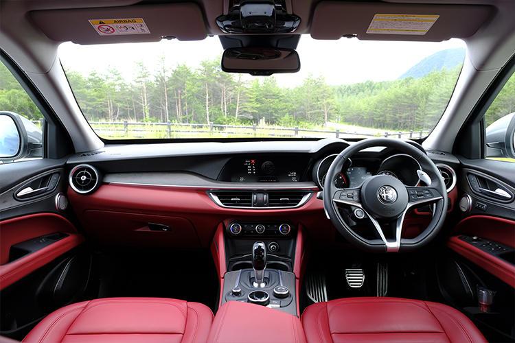 シンプルで余計な装飾を押さえたことでデザイン自体の美しさをみせるインパネ。オーソドックスなスイッチの形状や配置となっている。8.8インチディスプレイを採用したインフォテインメントシステムはApple CarPlayやAndroid Autoに対応。