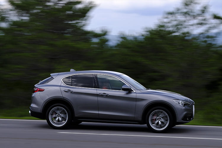 ジュリアと共通のプラットフォーム「ジョルジョ」を採用。高い視線を除けば、SUVに乗っていることを忘れさせるほど、軽快なハンドリング。