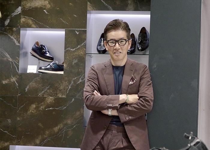 <b>Good Owner!</b><hr>菅原 誠さん。専修大学付属北上高校時代は野球部に属し、2年生のとき、甲子園出場を果たした名選手。趣味はフィッシング。ミラノで開催する靴の展示会「ミカム」に毎回訪れる。