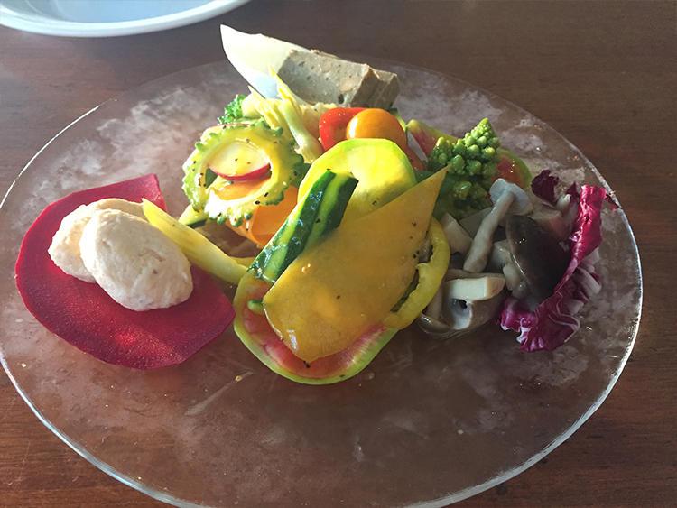 沖縄の野菜の力強さを味わえるサラダ