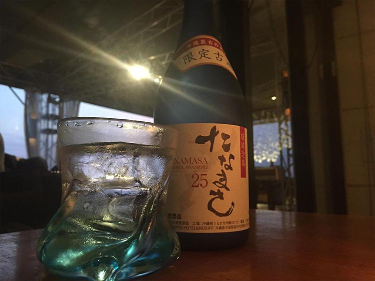 オリジナル醸造の泡盛「たなまさ」。水割りの方が香りがよい