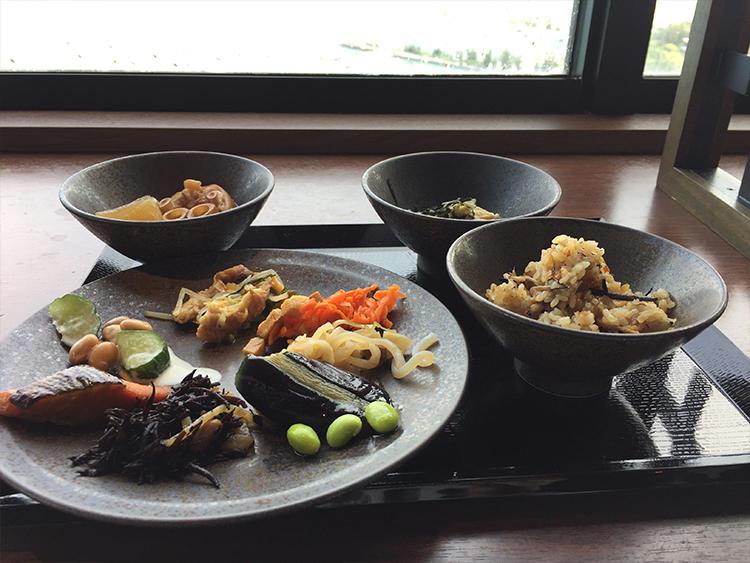 ブッフェには野菜や海藻たっぷりでヘルシーな沖縄料理が並ぶ