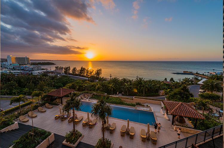 ホテル棟のプールは夕日を眺める絶景ポイント