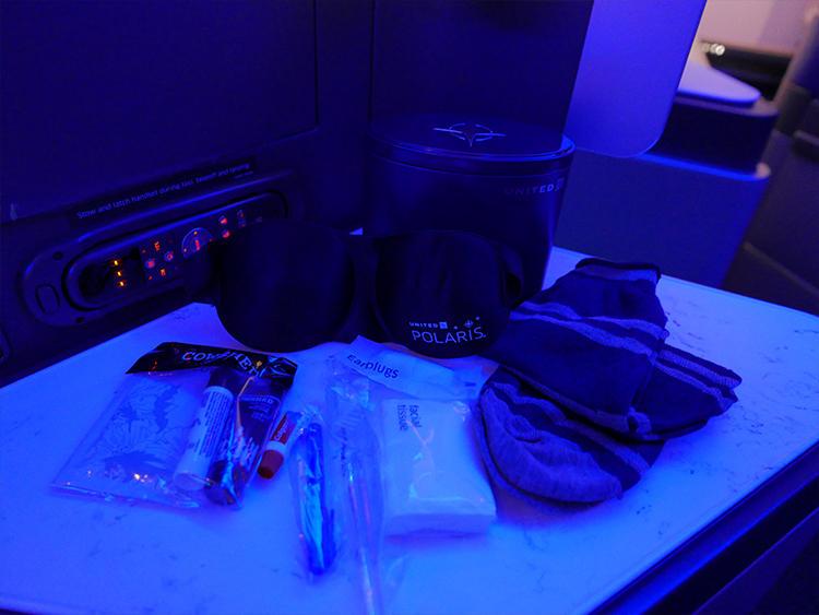 人間工学的に設計されたアイマスク、ソックス、歯ブラシ、コスメ類がボックスに入っている。
