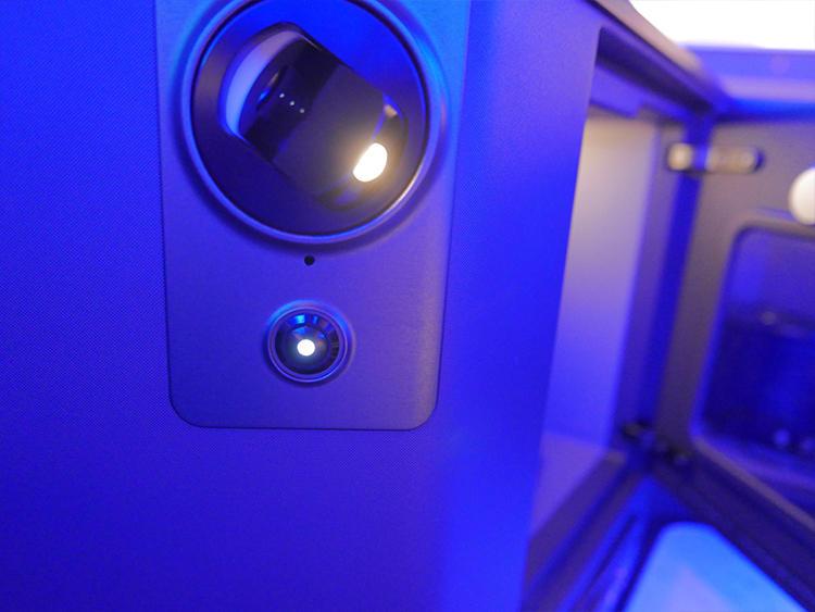戸棚脇のスモールライトは360度くるくる回り角度調整自在。