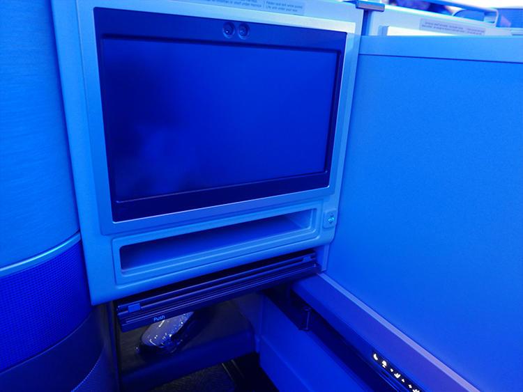メインテーブルは、TVモニターの下に収納。