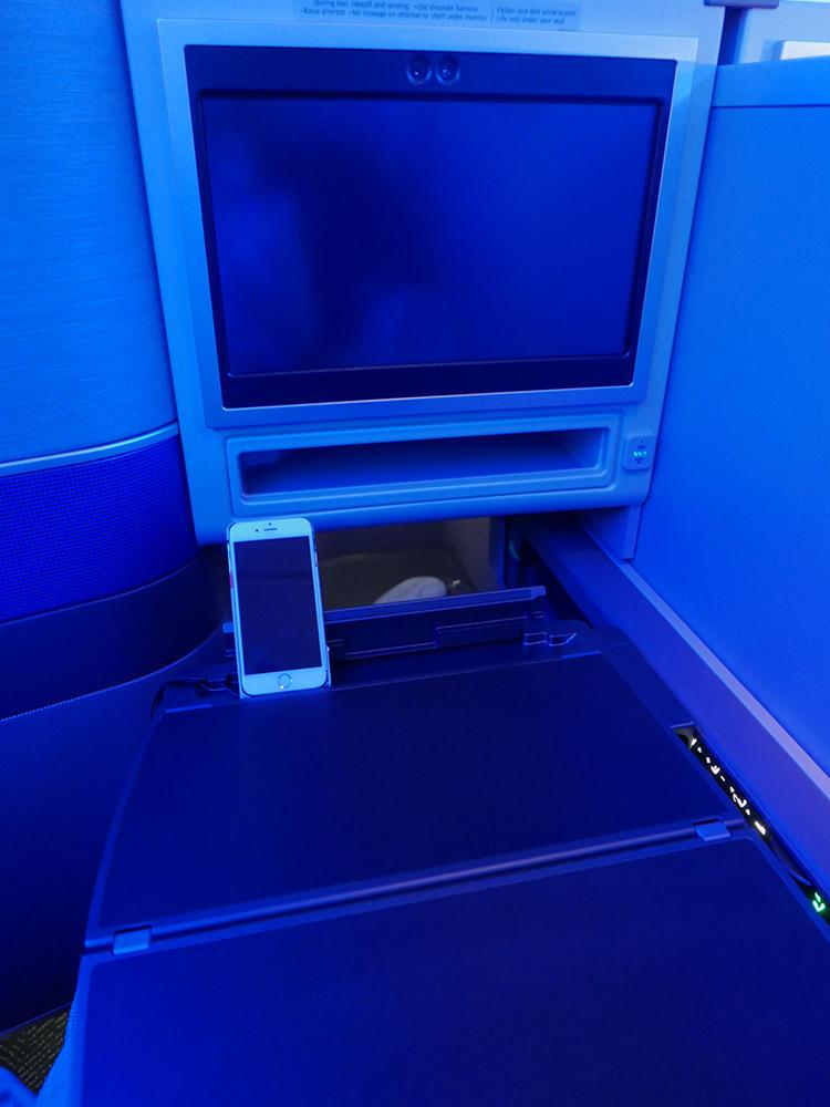 i-Phoneなどを置ける溝もついていて便利。